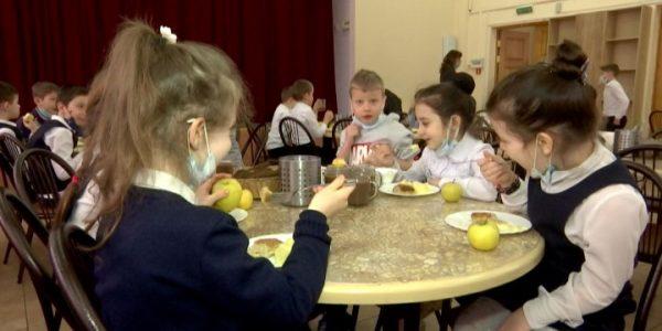 На Кубани 99% младшеклассников обеспечили бесплатным горячим питанием