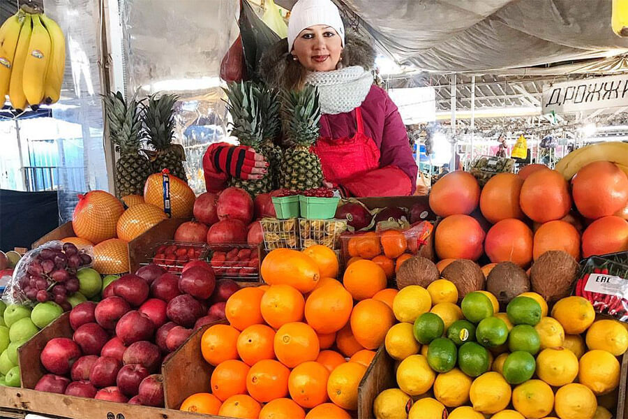 В Краснодаре после закрытия Сенного рынка часть прилавков перенесли на улицу