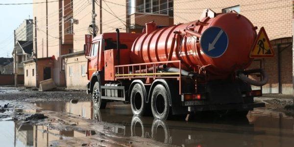 В Краснодаре подпоило несколько улиц, воду откачивает спецтехника