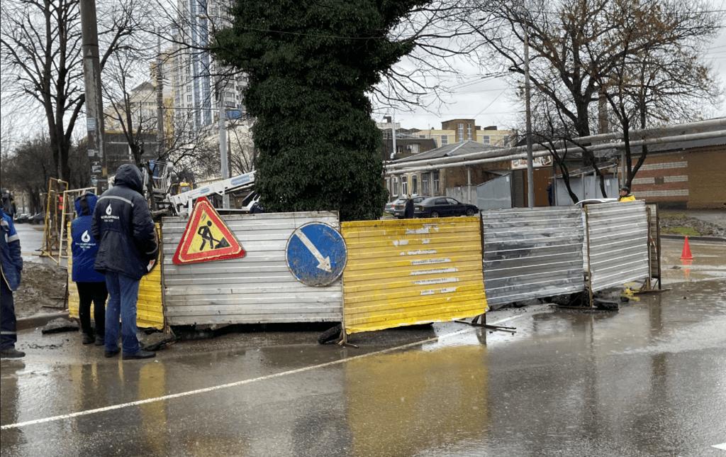В Краснодаре из-за обвала грунта на улице Кожевенной изменили схему движения