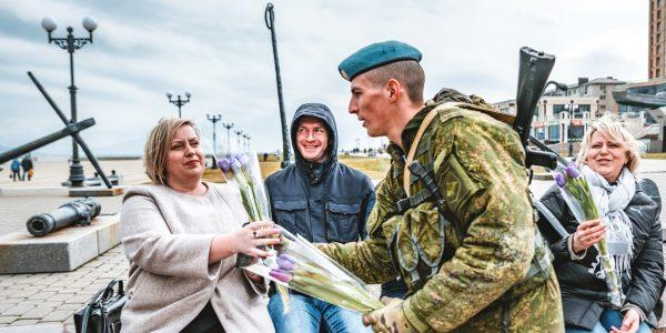 В Новороссийске женщин с 8 Марта поздравили десантники на квадроциклах. Фото