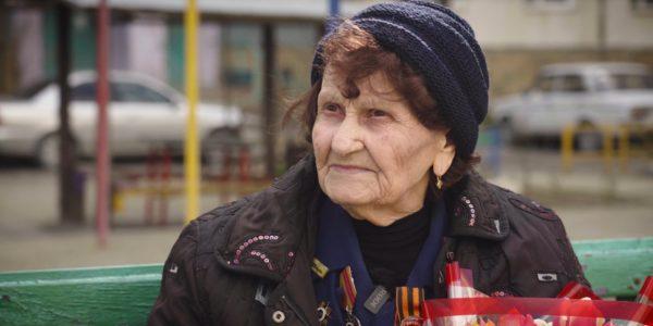 В Новороссийске военные моряки поздравили с 8 Марта 94-летнего ветерана