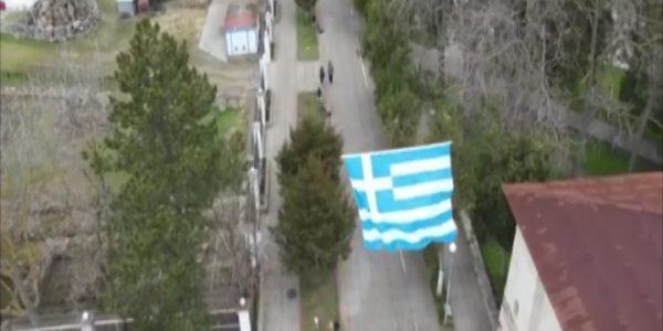 В Анапе над Русскими воротами дрон поднял флаг Греции. Видео