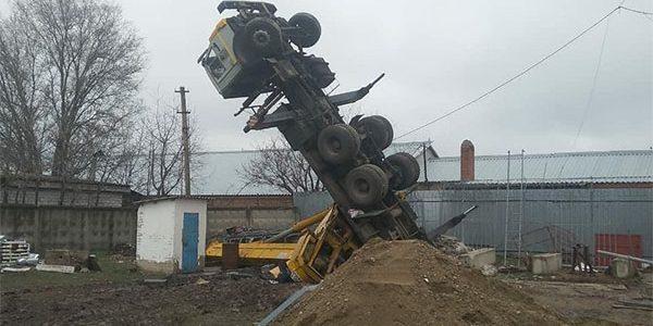 На Кубани КамАЗ опрокинулся на рабочего, устанавливавшего вышку сотовой связи