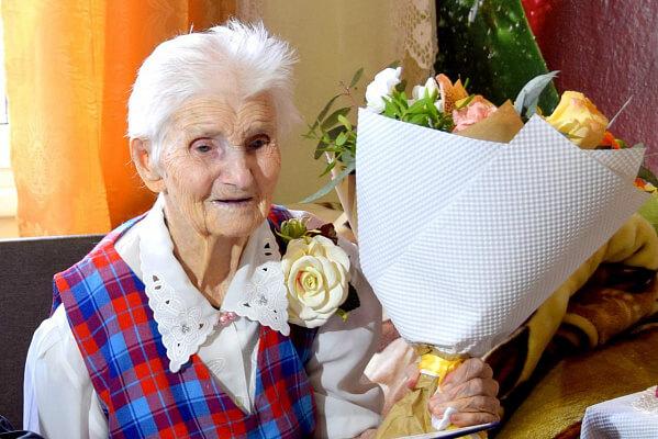 В Сочи с 8 Марта поздравили старейшую жительницу курорта