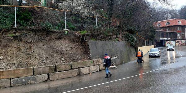 В Туапсе обрушилась подпорная стена — введен локальный режим ЧС