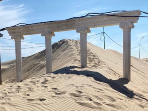 В Анапе набережную занесло песком