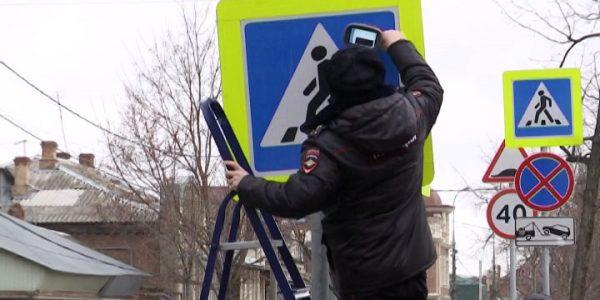 В Краснодаре полицейские проверили качество светоотражения дорожных знаков