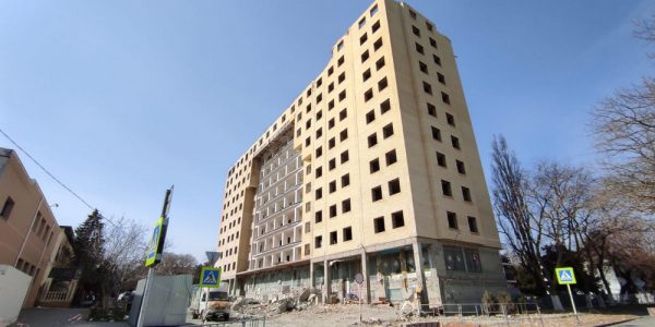 В Анапе в многоквартирном самострое снесли еще один этаж