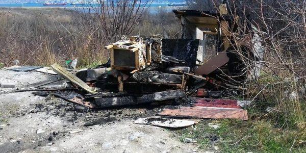 В Новороссийске около пляжа сожгли «Кошкин дом»