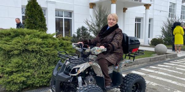 В селе Большие Хутора 73-летняя фельдшер ездит к пациентам на квадроцикле