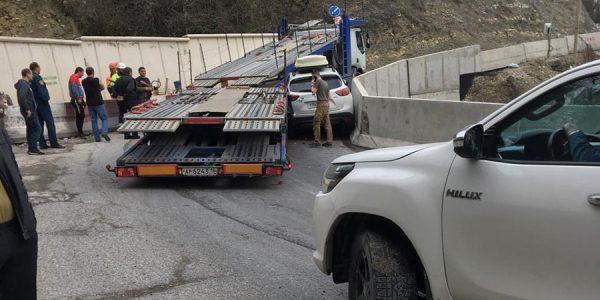 На Кубани тягач придавил иномарку к ограждению на горном серпантине