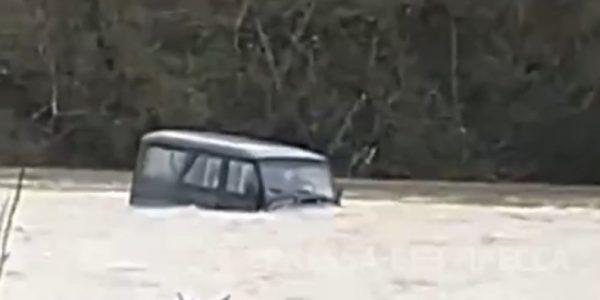 В Геленджике внедорожник с ребенком застрял посреди бурной горной реки
