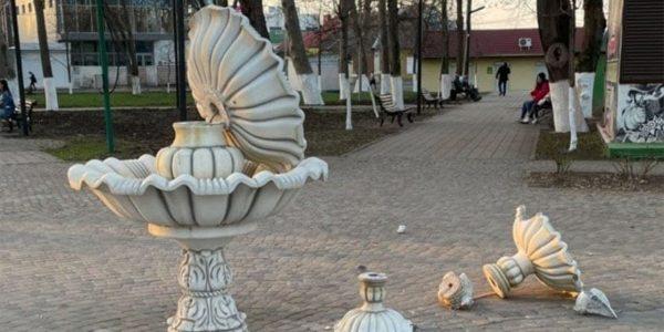 В Динском районе дети разрушили фонтан в парке. Видео