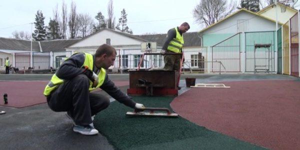 В Горячем Ключе на территории школы № 11 завершают капремонт спортплощадки
