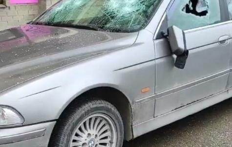 В Краснодаре женщина топором разгромила машину во дворе многоэтажки