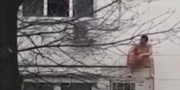 В Новороссийске голый мужчина залез на кондиционер, спасаясь от пожара. Видео