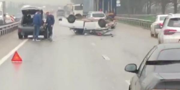 Под Краснодаром на мокрой дороге ВАЗ врезался в Lexus и перевернулся на крышу