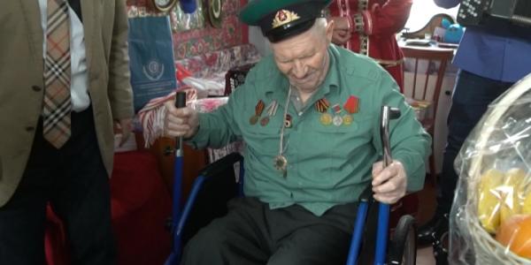 В Лабинске ветерану Великой Отечественной войны ФСС подарил кресло-коляску