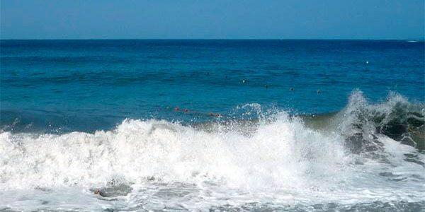 Из-за холодной воды и сильных волн на всех пляжах Анапы запретили купаться