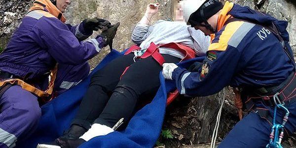 В Апшеронском районе туристка упала с обрыва, ее на носилках вынесли спасатели