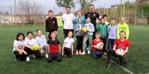 В Краснодаре мастера спорта по регби провели бесплатное занятие для школьников