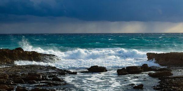 В Сочи из-за шторма запретили купаться в море