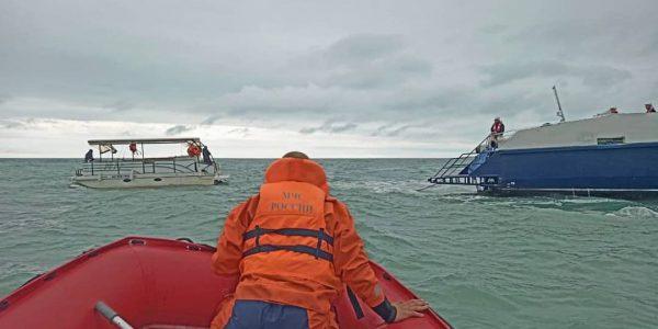 В Сочи в открытом море заглох катер, на помощь пришли спасатели и пограничники