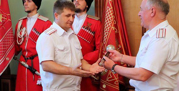 На Кубани Александр Власов принял символ атаманской власти