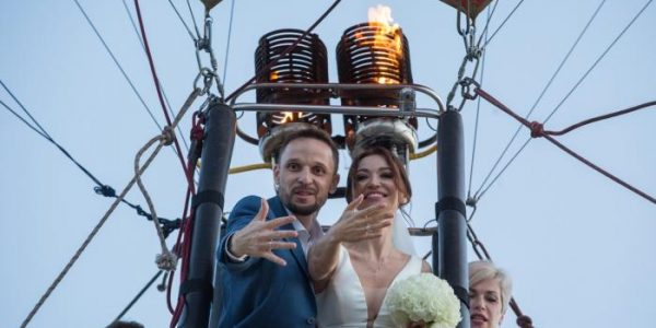 В Краснодарском крае молодожены обменялись кольцами на воздушном шаре