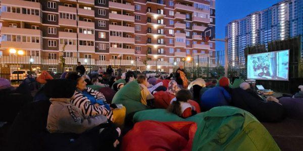 Строительная компания АСК перед 9 мая провела акцию «Фильмы Победы во дворе»