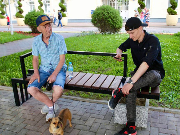 На набережной Геленджика установили первые «умные» скамейки