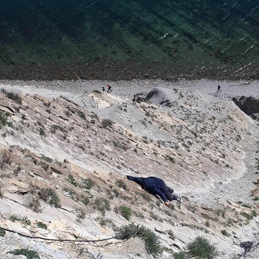 В Новороссийске подросток завис на скале горы Колдун, его подняли спасатели