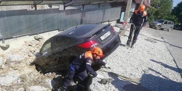 В Новороссийске застройщик возместит ущерб владельцам упавших в котлован машин