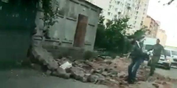 В Краснодаре на дорогу упала кирпичная стена