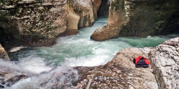 В Сочи спасатели эвакуировали семейную пару, застрявшую в 200-метровом каньоне