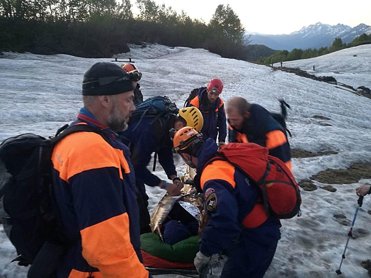 В горах Сочи спасатели на носилках эвакуировали туристку с острой болью в почках