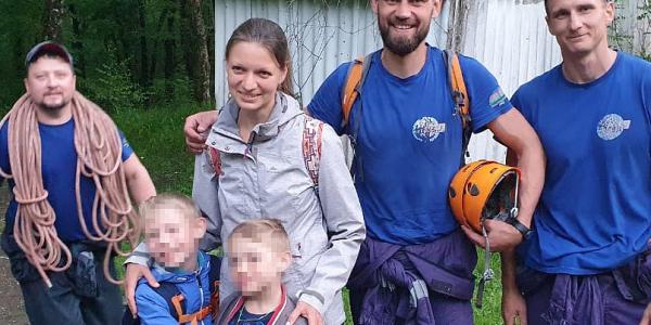 В Геленджике спасатели сняли со скалы над водопадом женщину с двумя детьми