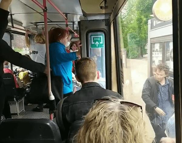 В Краснодаре пьяный мужчина подрался с кондуктором и пассажирами троллейбуса