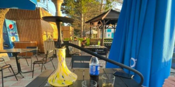 В Анапе в кафе на набережной отдыхающим предлагали покурить кальян