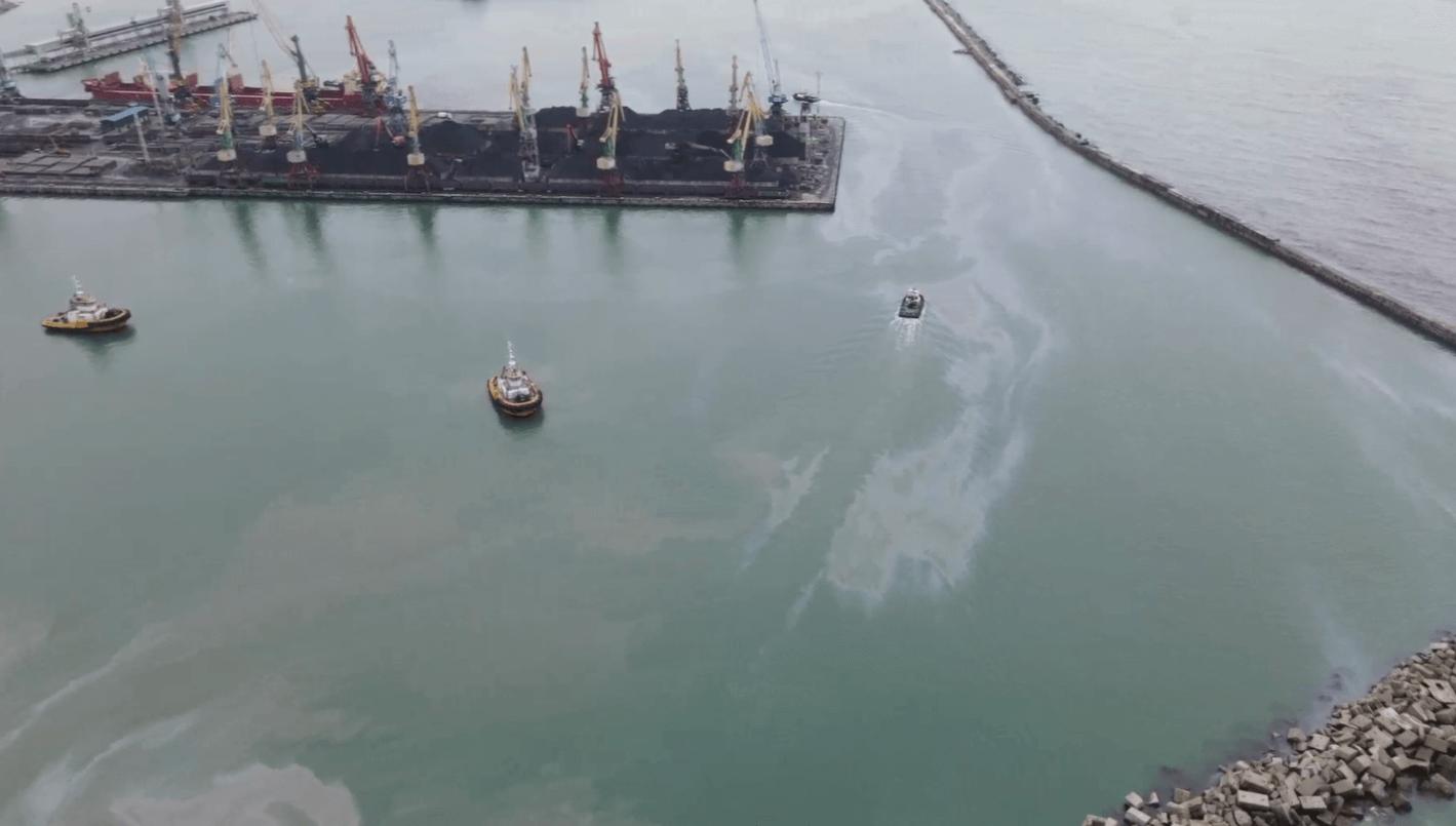 В Туапсе водолазы нашли места вытекания нефтепродуктов в коллекторе на дне моря