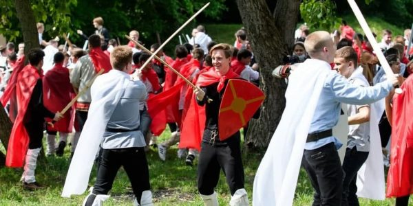 В Краснодаре студенты возле Кубани восстановили события битвы на Неве