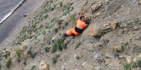Под Анапой спасатели помогли рабочему, застрявшему на скале Большого Утриша