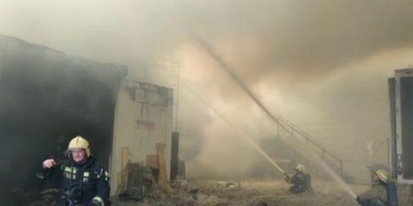 В Краснодаре площадь пожара в районе МЖК увеличилась до 280 кв. метров