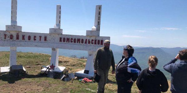 Разбитые вандалами плиты на горе Семашхо не имеют отношения к военному мемориалу