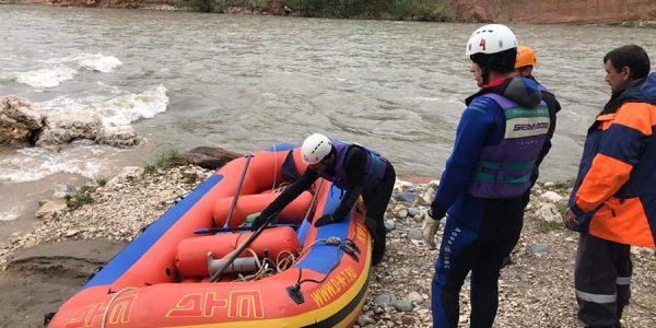 В Адыгее пятые сутки продолжаются поиски туристов, упавших в реку Белую