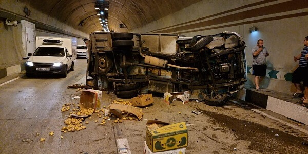 В Сочи в тоннеле столкнулись четыре машины, одна из них перевернулась