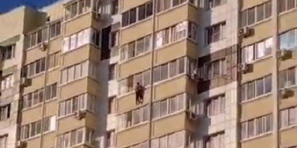 В Краснодаре мужчина сорвался с балкона и погиб
