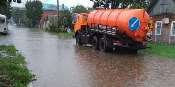 Из-за сильного ливня на трех улицах Краснодара возникли подтопления