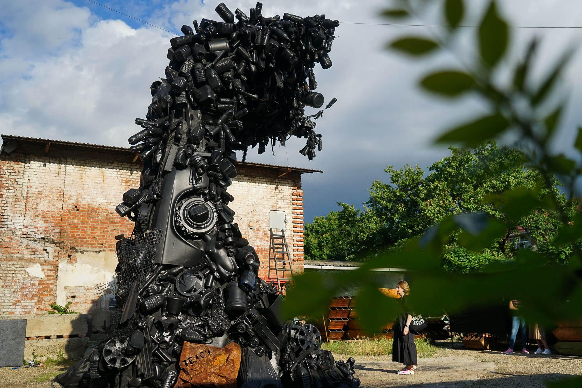 В Краснодаре представили арт-инсталляцию «Волна». Фоторепортаж